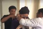 近日,有网友曝光了一则王菲复出工作在后台造型时的视频。视频中,王菲穿简单白T配米色长裤,身材苗条匀称气场强大,服装师为其精心搭配穿衣。