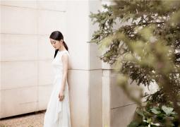 赵丽颖产后复工出席活动 着白色丝绒礼服温婉优雅