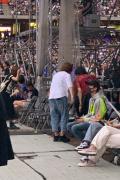 王俊凯现身五月天演唱会 台下举荧光棒认真应援