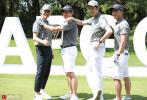 8月26日,钟汉良、吴奇隆、聂远现身上海高尔夫大师赛。穿着灰色POLO衫,头顶棒球帽,三位70后男神同框,引发网友热议。三人合照的拍照姿势也非常有意思,侧身搭肩、双手抱胸,充满了满满的年代感的摆拍。