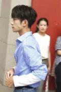 易烊千玺请假录节目 穿蓝白条纹衬衫被晒出熊猫手
