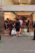 网友日本偶遇李现晒照 排队买潮牌站到腰酸背痛