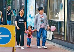 郭富城2岁女儿与外婆出街 曝正脸照像极爸妈!