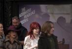 """红发库伊拉来了!由""""石头姐""""艾玛·斯通出演的迪士尼真人版电影《库伊拉》曝光多张片场照。"""