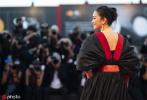 意大利当地时间9月4日,《兰心大剧院》在威尼斯电影节上举行全球首映礼,影片主创集体亮相红毯,巩俐气场强大引人注目。映后酒会上,巩俐的丈夫让-米歇尔·雅尔还抒发了自己对影片的观点。