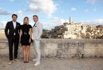 已经定名为《无暇身亡》(No Time to Die)的《邦德25》近日结束了在英国伦敦的拍摄工作,转战到意大利马泰拉。为了庆祝剧组转战欧陆,导演凯瑞·福永与丹尼尔·克雷格、蕾雅·赛杜拍摄了一组以马泰拉古城为背景的官方宣传照。