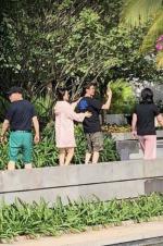 网友偶遇冯绍峰夫妇 赵丽颖手搭老公肩膀显亲密
