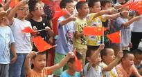 《我和我的祖国》首场电影发布 重庆小朋友解放碑前挥舞国旗