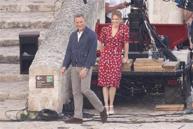 《007:无暇死亡》曝新照 007与邦女郎演追车戏