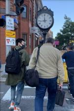 王源美国街头被偶遇 背双肩包享受惬意留学生活