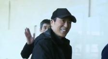 张艺谋导演空降厦门 和电影频道观众朋友招手示意