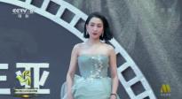 马苏亮相海南岛电影节红毯 与粉丝亲切互动
