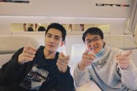 杨洋飞机上偶遇成龙称有缘 两人比帅气手势超俊朗