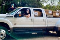 馬修·麥康納夫婦自駕卡車為偏遠醫院送11萬只口罩