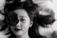 黄磊14岁女儿多多晒浓妆自拍 手持玫瑰配文有深意