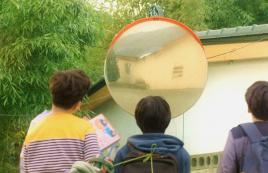 男孩突然发现镜子失去作用,原来时空静止了,一部奇幻爱情电影