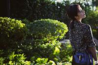 孙莉初秋花园漫步超文艺 老公黄磊掌镜为其拍大片