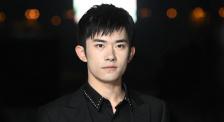 易烊千玺亮相入场仪式 表示将更认真对待演员的身份
