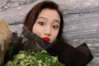 关晓彤被男粉丝送香菜表白 网友:这一捧够吃了
