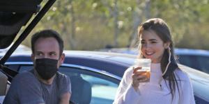 莉莉·柯林斯订婚后狂放闪 与未婚夫出街难藏笑意