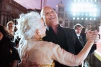 氛围感绝!海伦·米伦与范·迪塞尔威尼斯雨中共舞
