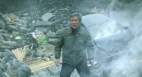 《峰爆》曝老洪地陷深坑救援片段